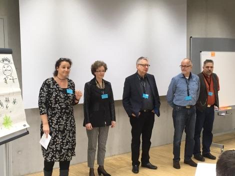 Während des Intros, die Initiaroren des Forums Agile Verwaltung - von link: Veronika Lévesque, Cornelia Vonhof, Wolf Steinbrecher, Martin Bartonitz und Thomas Michl
